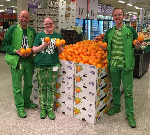 Kiwi Øyer har solgt 1,7 tonn appelsiner på en uke. Fra venstre assisterende butikksjef Hans Skåden, butikkmedarbeider Linn Kristin Dalen og butikksjef Ken-Magnus Nyberg.