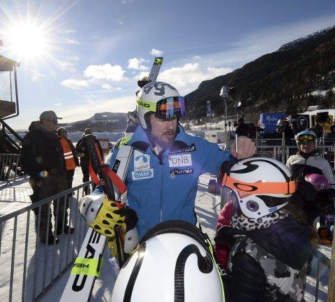 STJERNE: Kjetil Jansrud fra Vinstra er nybakt verdensmester i utfor. Han var raskest på fredagens utfortrening i Kvitfjell, og gleder seg stort til verdenscup på hjemmebane i helgen. Han tok seg tid til å skrive autografer til sine unge fans fredag.