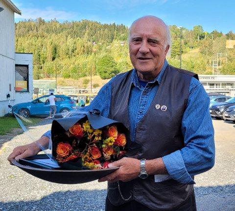 PRISVINNER: Leif Grenager Koch med beviset på at han er vinneren av årets miljøpris i Lunner.