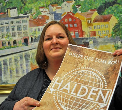 Tone Fredén med logoen til prosjektet, som selvfølgelig fremstiller Halden som verdens navle. Foto: Kristian Bjørneby