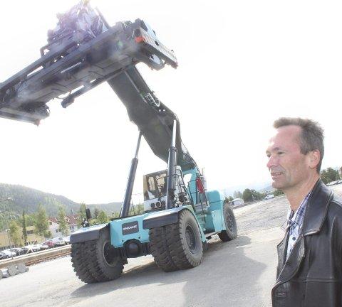 UTSTYR: Utstyr for å håndtere trailerhengere og konteinere er på plass, og ble brukt i et prøveprosjekt for godstransport i mai måned. Snorre Lund håper at flere bedrifter vil frakte gods med toget. Foto: Jon Steinar Ling