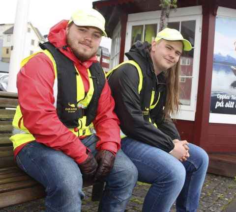 SOMMERJOBB: Kristian Alfon Værnes (til venstre) og Richard Dalberg Andresen er fornøyde med jobben som havneverter.