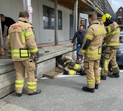 RYKKET UT: Brannvesenet rykket ut til Namsos Storsenter etter melding om branntilløp. Det var både røykutvikling og flammer, men brannen ble heldigvis raskt slokket.