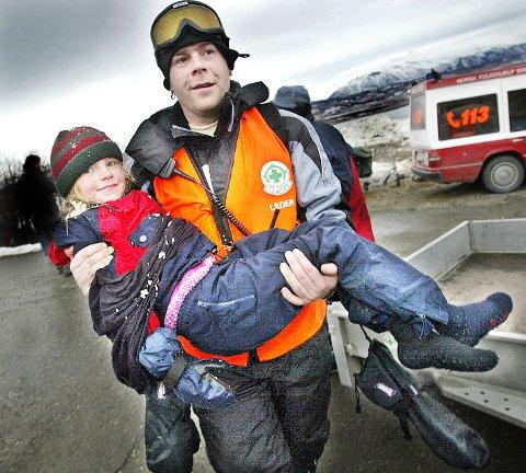 Geir Ringberg fra Norsk Folkehjelp ledet redningsaksjonen. Her med en kald, lykkelig Ingrid i armene. Alle foto: Torgrim Rath Olsen.