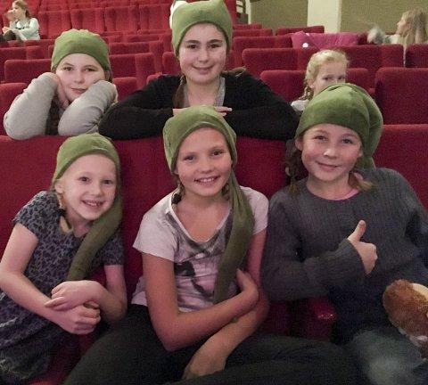 Sosialt: Elena S. Pettersen (11), Alma S. Halvorsen (8), Julie E. Varnas (10), Mari B. Nilsen (11), Klara R. Eriksen (9) og Liv Iza Heum (10), forteller at det å møte folk og få nye venner er det beste med å være med i teatergruppa. foto: vårin alme