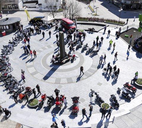 Samling i sentrum: Motorsyklene hadde oppstilling på Torget mens eierene hadde kaffeslabberas. Foto: Bendik Løve