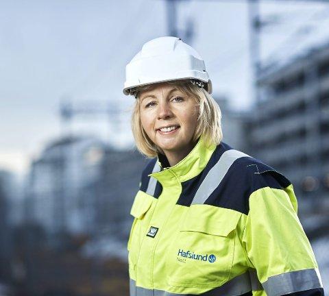 STRØMSJEFEN: Kristin Lian (45) leder selskapet Elvia, (sammenslåingen av Hafslund og Eidsiva), og står dermed ansvarlig for at nær to millioner nordmenn får strøm hver dag. Men en far som alltid har jobbet i kraftbransjen var hun ikke i tvil hva hun skulle bli som stor. Foto: Elvia