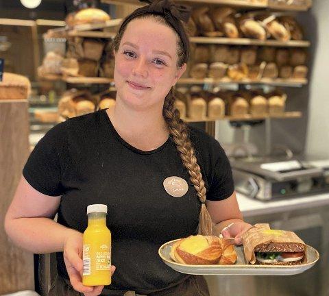 STÅR PÅ: Cathrine Vasskog Lillekroken (25) fra Folldal er oppe klokka 05.15 hver morgen for å ordne frokost og andre gode varer ved bakeriet Godt Brød i Trondheim der hun er leder for 20 ansatte.