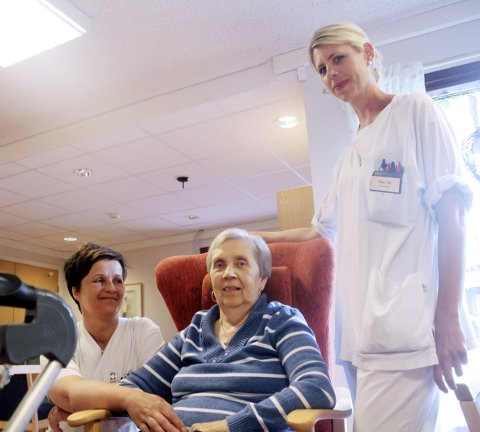 Et verdig tilbud: Her ser du sykepleierne Anne Grete Vestby og Tine Mellby som passer på at pasienten May Trømborg ved korttidsavdelingen har det bra. May sier at hun trives godt på korttidsenheten i påvente av et annet tilbud.