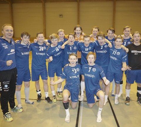 Tar steget opp: Champions! HK-72 Sande herrer. Alle foto: Trond Sørøy