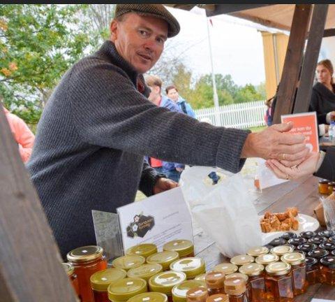 Kun drevet med honning i fem år: Geir Juliussen under salg av sin egen Sandviken Honning ved Eplefestivalen i 2018.