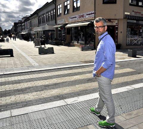 INGEN SKILT:   Rådgiver Henrik Diskerud Meyer bekrefter at skilting i sentrum har vært drøftet i forbindelse med oppgraderingen av gågata. Han utelukker ikke at det kan bli aktuelt på et senere tidspunkt.