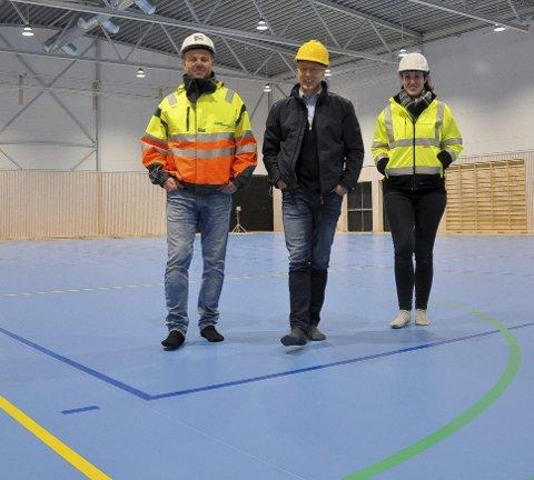 Merket for ballidrett: Her er det merket for seks ulike ballidretter. – Hallen er straks klar til bruk, sier Øyvind Gran (t.v.), Dag Arne Lier og Siri Halvorsen.