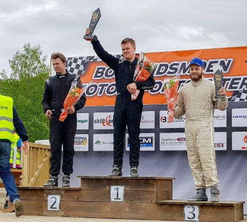 PALLEN: Simen Engsvik (på førsteplass) og Jørgen Syversen (til venstre) kjører begge for NMK Aremark. Tredjeplassen gikk til Joakim Vestli fra KNA Oppland.