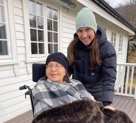 GODE STUNDER: Karine Kjørlaug og mamma Maafrid Karinn Sandvik Kjørlaug set pris på dei små stundene, slik som å koma seg ein tur ut i frisk vårluft.