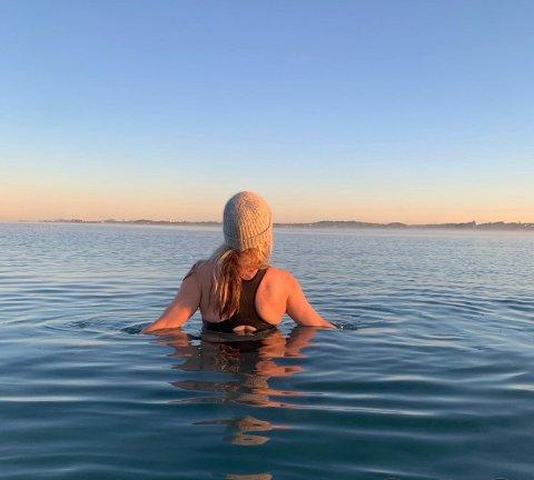 Ann-Therese Bærheim har badet hele året i over tre år og deler bilder av turer og bademuligheter på Instagram-kontoen @theresesfeed. Hun oppfordrer gjerne andre til å utforske muligheten for helårsbading, men ber dem om å lese seg opp om det kan være uheldig for dem når det er for kaldt.