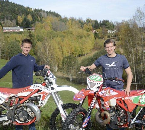 Notodden Crossklubb: Christian M. Kaasa (14) og Aleksander Kalbekkdalen (18) driver utholdenhetsidretten enduro. Løpene går over to og tre timer – og krever at både fysisk styrke og kondisjon er på plass.