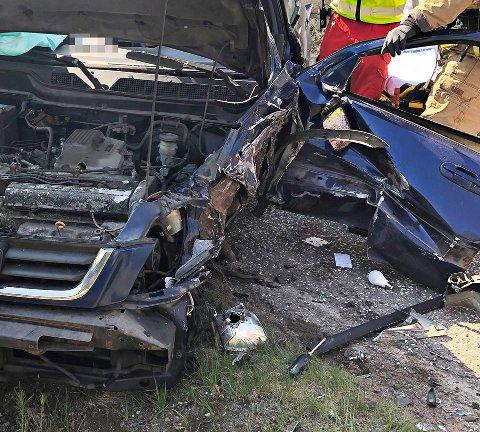 STORE SKADER: To biler var involvert i ulykken.
