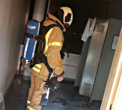 BRANT: Det tok fyr i en garderobe i Nordbyen 40 natt til onsdag. Brannen ble raskt slukket, takket være en detektor og to røykdykkere.
