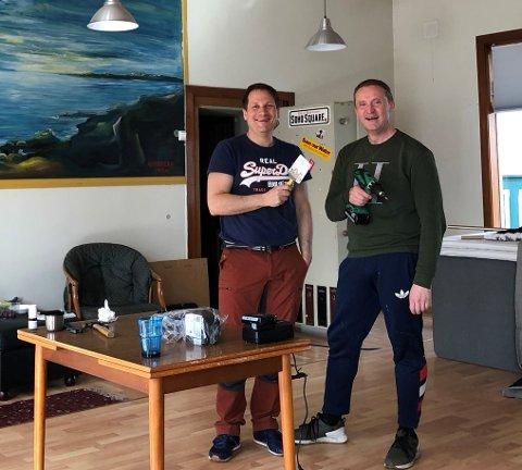 Påsken 2021: Huseier Tommy Fredriksen (t.h) og kompis Atle Danielsen bruker påskeferien på å freshe opp den gamle Bokbanken på brygga i Tvedestrand.