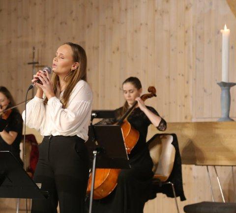 """Kristine Hansen Titland var solist på """"Høyt under himmelens stjerner"""" og """"My grown up Christmas Lust"""".  Bak Rebekka Eikefet på cello."""