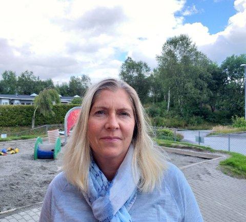 Etter at leikeområdet i barnehagen har blitt brukt på kveldstid, har dei tilsette funne sneipar, matrestar og brusboksar. Det synest ikkje dagleg leiar, Anita Heggøy, er greit.