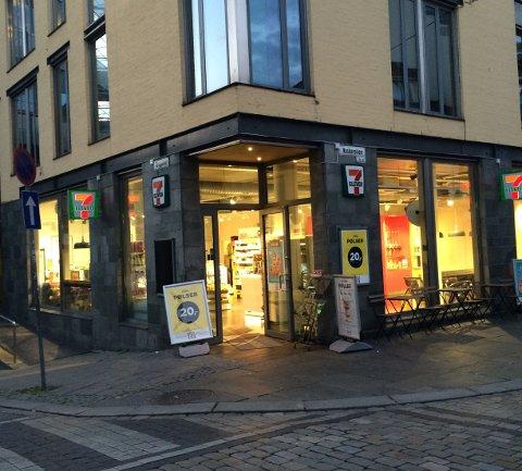 Økseraneren ble pågrepet av politiet like utenfor denne 7 Eleven-kiosken i Torggaten. Han hadde da truet de ansatte med øks.