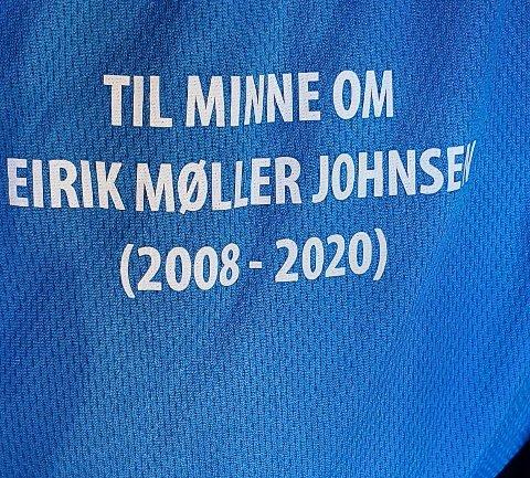 T-SKJORTE: Alle deltakerne løpe med enten blå eller oransje T-skjorte med denne teksten trykket på.