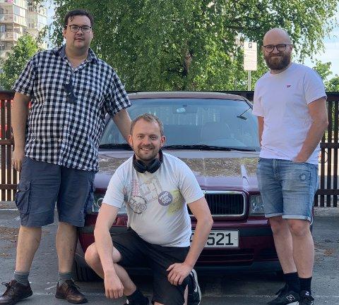 LAR SEG FASINERE: Frå venstre Henri Aasen (34), Kjell Åsmund Sunde (33) og Gunnar Simonsen (34) Thingnes framfor ein bil som Aasen har opplevd uflaks med i løpet av hundedagane.