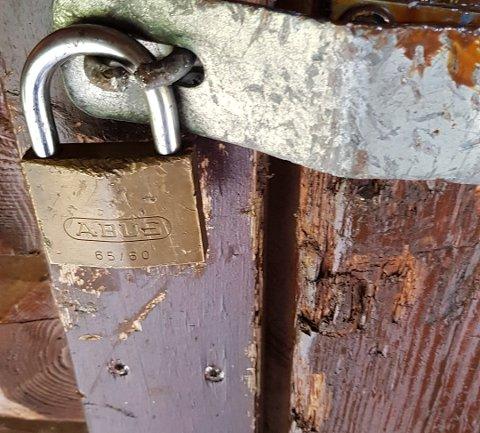 ØDELAGT: Låsebeslaget på døra er klippet i stykker.
