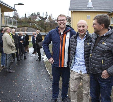 FORNØYDE: Anleggsleder Terje Ruden-Grindaker fra Magne Sveen, byggeplassleder Arne Thomas Western og prosjektleder Jan Høiby (begge fra Backe Oppland AS) har bygget boligene i Markadompa.