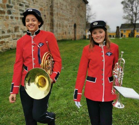 FORNØYDE: Gian Korsvoll (til venstre) og Helena Frostad Moen er fornøyde med de nye uniformene.