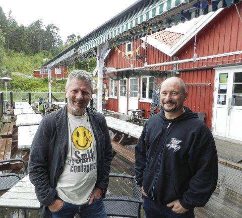SPONVIKA: Tom Andreasssen i Hand2Hand  (til venstre) og Haakon Selmer Olsen ved Sponvika vertshus vil samle inn penger til  trengende familier. Foto: Steinar Omar Østli