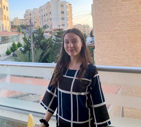 I JORDAN: Miriam Akkouche er for tiden på utveksling i Jordan. Hun fikk en av venninnene der til å ta dette bildet av seg.