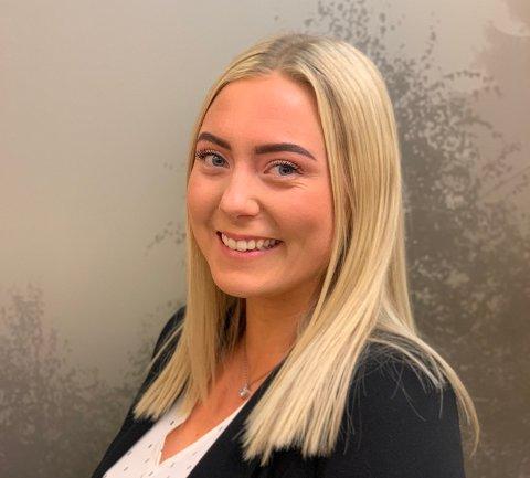 Emelie Ackermann (20) har bosatt seg på Hemnes, og har fått deltidsjobb i Høland og Setskog Sparebank.