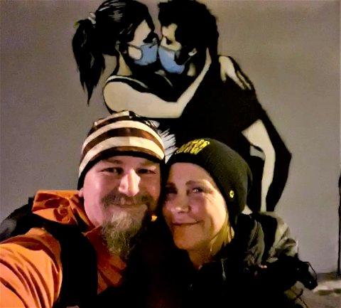 VIL HJELPE: Rita Charlotte og Kurt Thu foran Pøbel sitt kunstverk «The Lovers» på Bryne.
