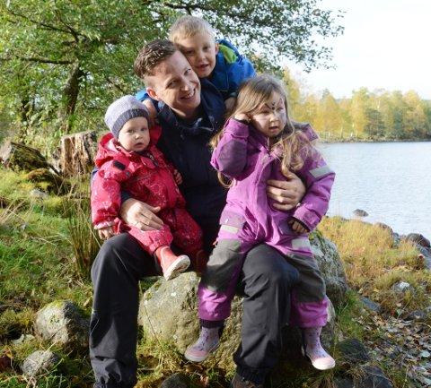 Barnebokforfattaren Anders Totland er her flankert av fire inspirasjonskjelder: Emil (6), Alva (4), Mari (1,5) og naturen på Valeøya.