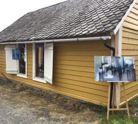 Meir kunst: I Galleri Badehuset sel Helga Klette Steinsvik måleri og strikka produkt kvar helg i sommar. Foto: Privat