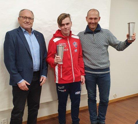 HEIDER: Her ser du leiar i Trio, Knut Prestnes (t.v.) i lag med prisvinnarane Ådne Stuland Olsen og Geir Sverre Andreassen. (Foto: IL Trio).