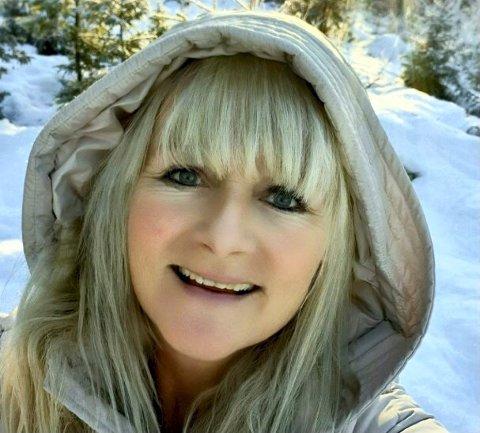 UNDRER  SEG: Eva Adelig lurer fælt på hvordan kalkunen har havnet på gårdsplassen hennes.