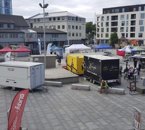 Mangfold: Det er mange spisesteder og torghandlere på Svolvær torg om sommeren. Her fra juli 2017