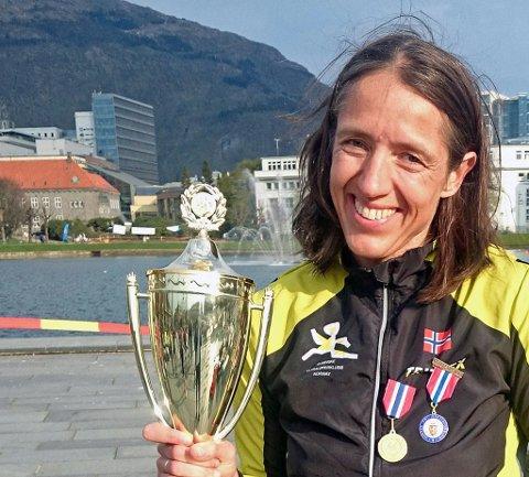 VINNER: Her tar Guro Skjeggerud (42) i mot pokalen som vinner av Norgesmesterskap i Ultraløp for 100 km. Nå er det klart at deltagerne bare løp 98 km. Foto: Privat