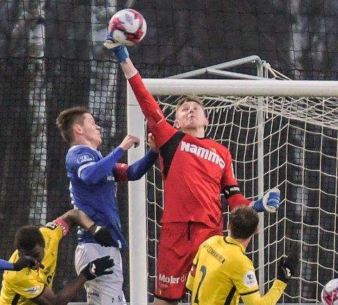 HØYT OPPE: Den strålende Raufoss-keeperen Ole Kristian Lauvli er høyt og lavt i Raufoss-buret, og var nær en topplassering i NM i nettpoker sist helg.