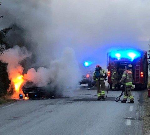 BILBRANN: En bil begynte å brenne i Brumunddal onsdag kveld.