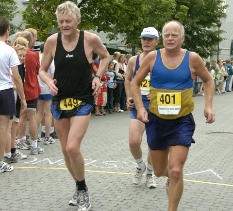 Dette bildet kan stå som et symbol på Ringeriksmaratons etter hvert lange historie. Milslukerne Gudmund Bakke, Jon Larsen og Fred Harald Nilssen deltok mange ganger, som de gjorde det i andre maratonløp. Bildet er fra Ringeriksmaraton i 2005.