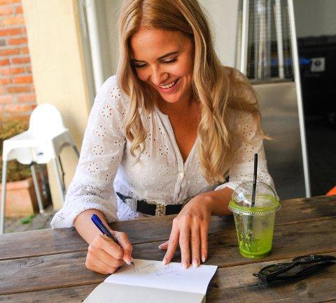 POPULÆR: Under intervjuet kommer det en eldre dame bort til Rebecca og spør om autografen hennes. Rebecca signerer og damen forsvinner med et smil rundt munnen og ønsker henne lykke til i finalen.