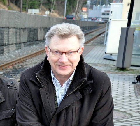 GLEDELIG: Statsbudsjettet gir klarsignal for elektrifiseringen av sidesporet ned kollektivterminalen. -En gledens dag, sier pensjonert næringssjef, Olaf Flåterud.