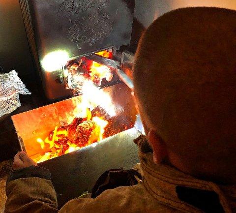 ULMING: Her henter brannvesenet ulmende papir fra ovnen.
