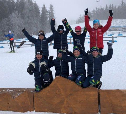SKISKYTTERE FRA SKRAUTVÅL. Bak fra venstre: Sebastian Bjordal Thon, Julian Søndrol Weeg. Emil Søndrol Weeg og Eline Gigstad Bergene. Foran fra venstre: Mathias Bjordal Thon, Selma Gigstad Bergene, Fride Nythun Helle og Tinde Nythun Helle. For ordens skyld, disse skiskytterne har trent sammen i hele vinter og utgjør en kohort.