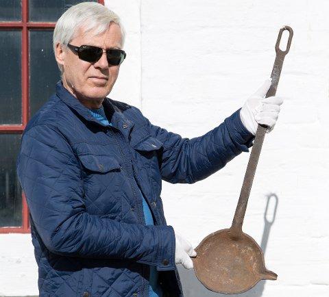 Utstilling i støpeskjeen: Olaf Holm viser en støpeskje fra Elle i Drøbak. Nå etterlyses sølvbarrer fra samme fabrikk. Foto: Thore Bakk/Follo museum
